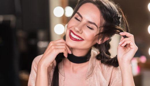 女性が髪を触る深層心理と髪の触り方からわかるあなたへの好意